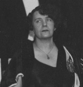 Zofia Nałkowska z odznaką Polskiej Akademii Literatury